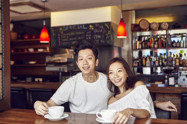 Heureux jeune couple asiatique, dont la date au café — Photo de stock