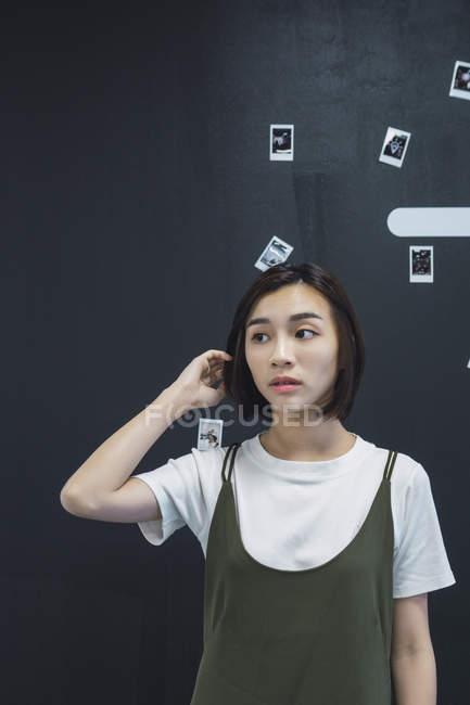 Mujer de negocios asiática joven posando en la oficina moderna - foto de stock