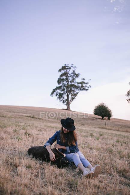 Jovem mulher explorando o deserto australiano — Fotografia de Stock