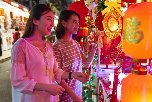 Jeune asiatique femelle amis shopping — Photo de stock