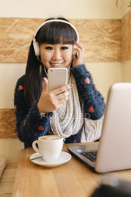 Businesswoman listening to music in the Coffee Shop — Stock Photo