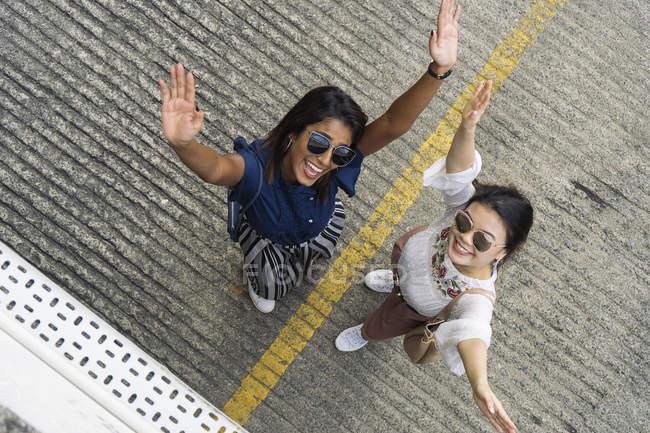 Случайные азиатские девушки позирует для камеры — стоковое фото