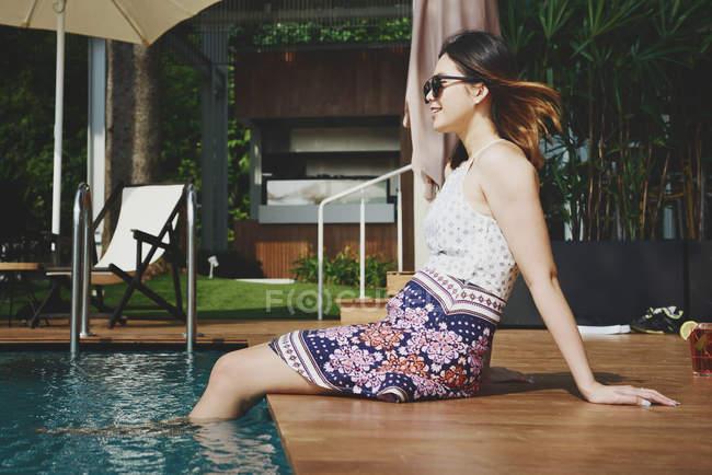 Молодий привабливою азіатські жінки розслабляючий біля басейну — стокове фото
