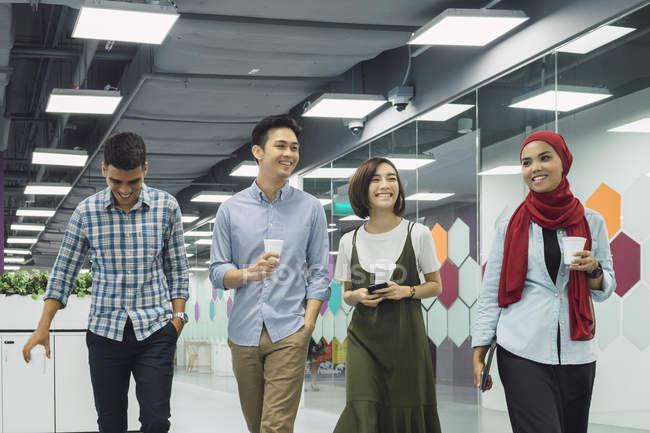 Молодые азиатские бизнесмены в современном офисе — стоковое фото
