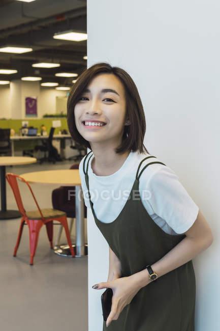 Giovane donna d'affari asiatica in ufficio moderno — Foto stock