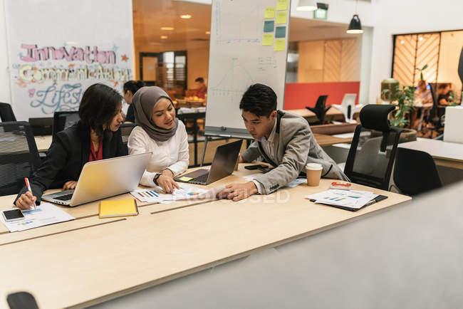 Молодые мультикультурные бизнесмены на деловой встрече в современном офисе — стоковое фото