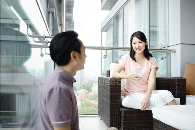 Зрелая азиатская случайная пара сидит дома — стоковое фото