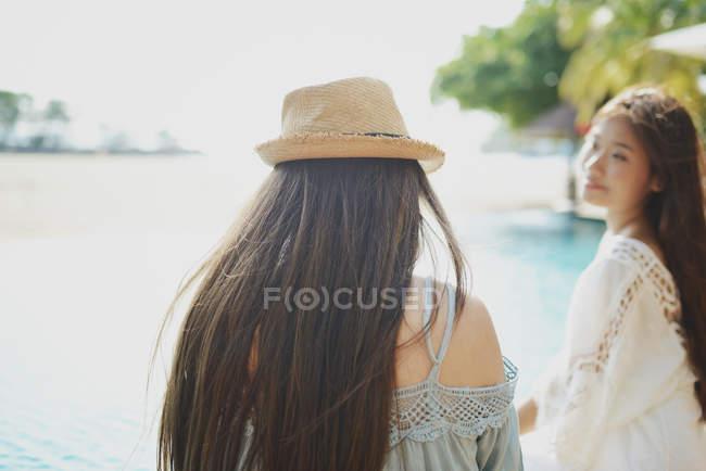 Belas mulheres asiáticas jovens perto da piscina — Fotografia de Stock