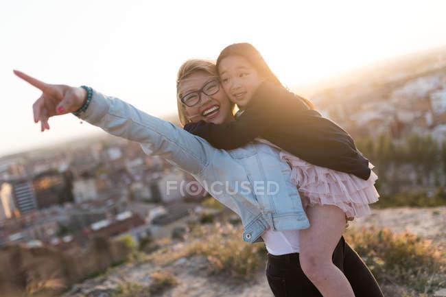 Glückliche junge Mutter mit ihrer Tochter genießt die Stadtlandschaft — Stockfoto