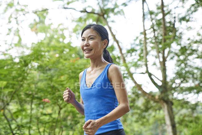 Жінка біг в ботанічний сад, Сінгапур — стокове фото