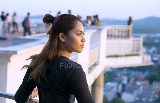 Портрет красивой азиатской женщины, позирующей перед камерой в городе Пхукет, Таиланд — стоковое фото