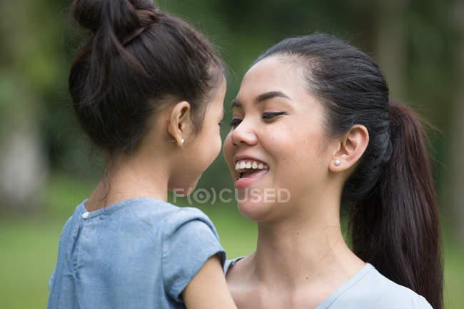 Мама улыбается ребенку . — стоковое фото