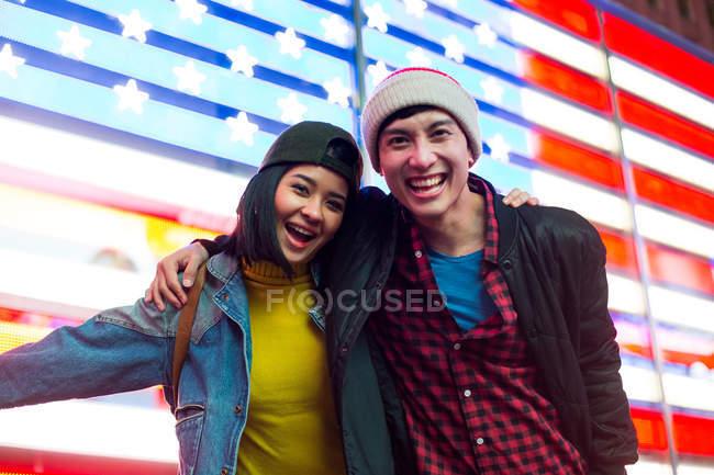 Bella coppia hanno un grande momento in Times Square — Foto stock
