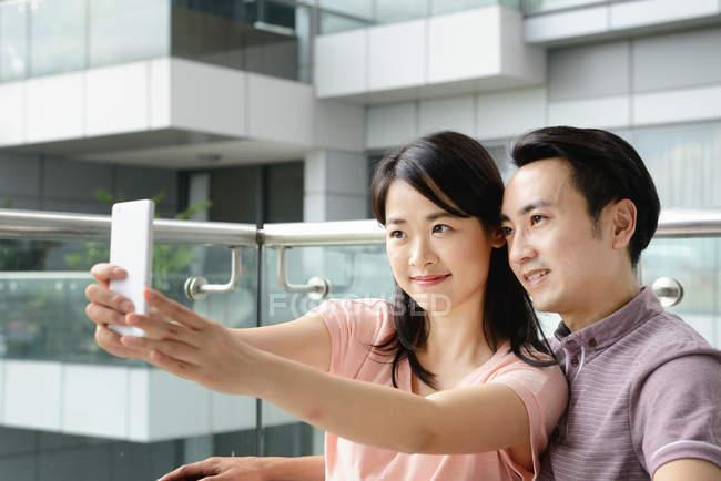 Reife asiatische lässig paar nehmen Selfie auf smartphone — Stockfoto