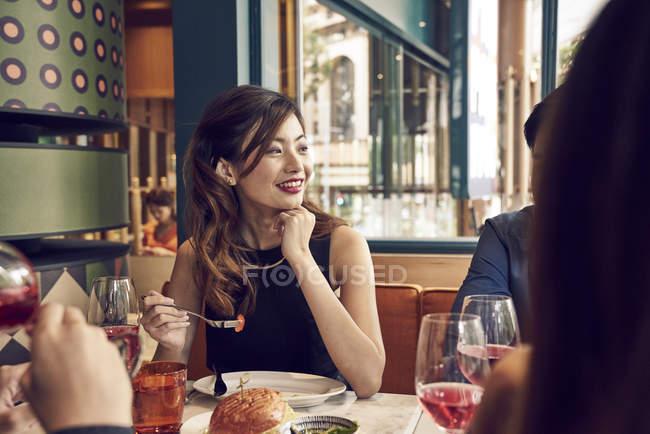 Gesellschaft von jungen asiatischen Freunden zusammen essen im café — Stockfoto