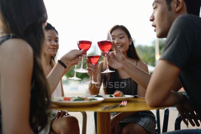 Belle jeune asiatique amis ayant boire — Photo de stock
