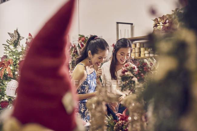 Due giovani asiatica donna shopping insieme nel centro commerciale a Natale — Foto stock