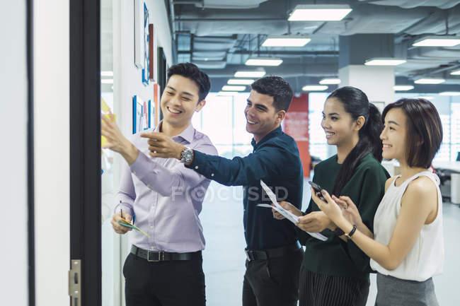 Молодые азиатские деловых людей на работе в современном офисе — стоковое фото