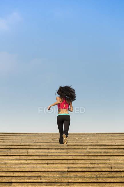 Молоді азіатські жінки біг в районі Марина бухти Сінгапуру. — стокове фото