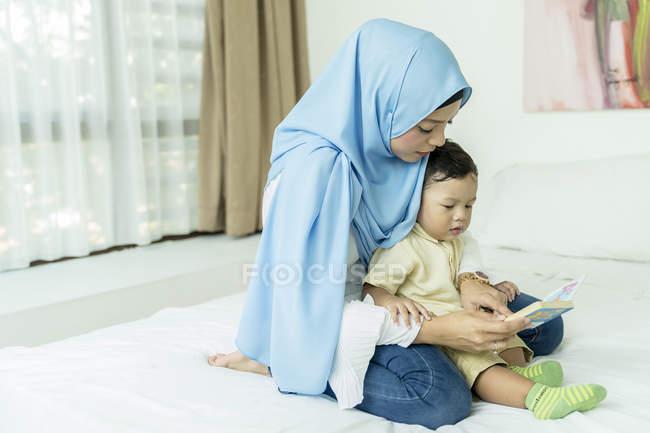 Мать и ребенок читают книгу — стоковое фото