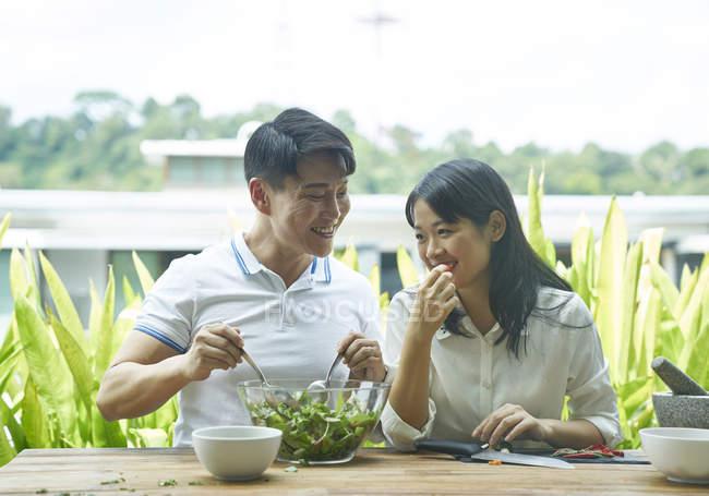 Asiatische Brautpaar zusammen zu Hause essen — Stockfoto