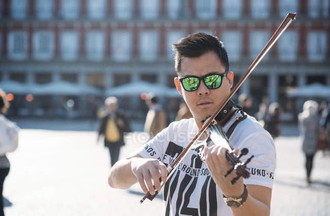 Young asian musician male with violin — Stock Photo