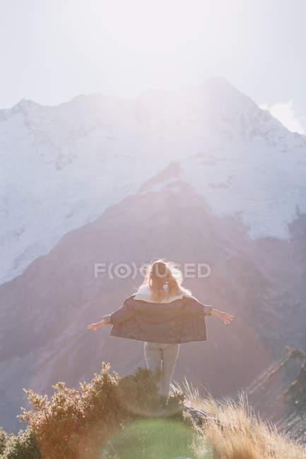 Jeune femme hipster escalade le parc national Mountain Cook en Nouvelle-Zélande — Photo de stock