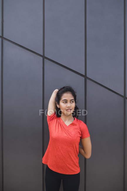 Jeune asiatique sportive femme faire de l'exercice à l'extérieur — Photo de stock