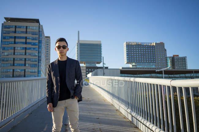 Retrato de elegante jovem asiático homem na rua — Fotografia de Stock