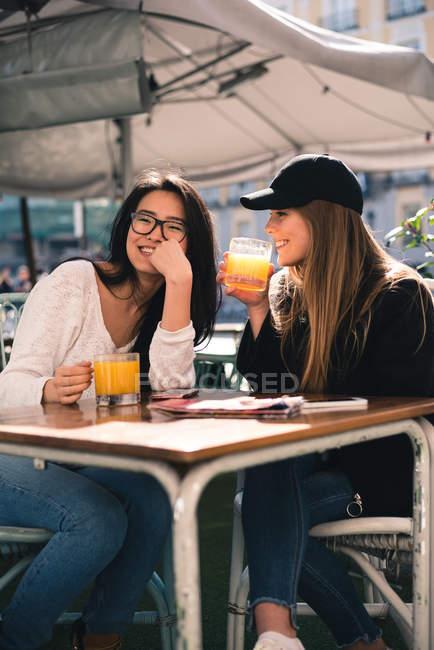 Two woman having fun in Madrid, Spain — Stock Photo