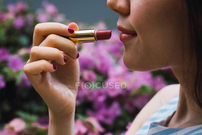 Junge asiatische Frau mit Lippenstift, Nahaufnahme — Stockfoto