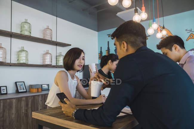 Giovani asiatici uomini d'affari in riunione in ufficio moderno — Foto stock