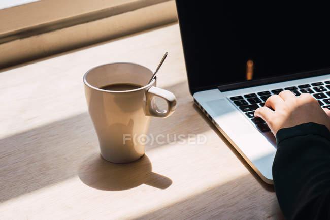 Cropped image d'homme d'affaires travaillant à l'ordinateur portable — Photo de stock