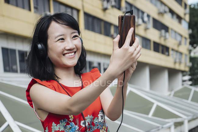 Азиатская туристка улыбается мобильно — стоковое фото