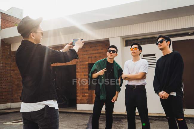Legal jovem asiático rock banda tendo foto — Fotografia de Stock