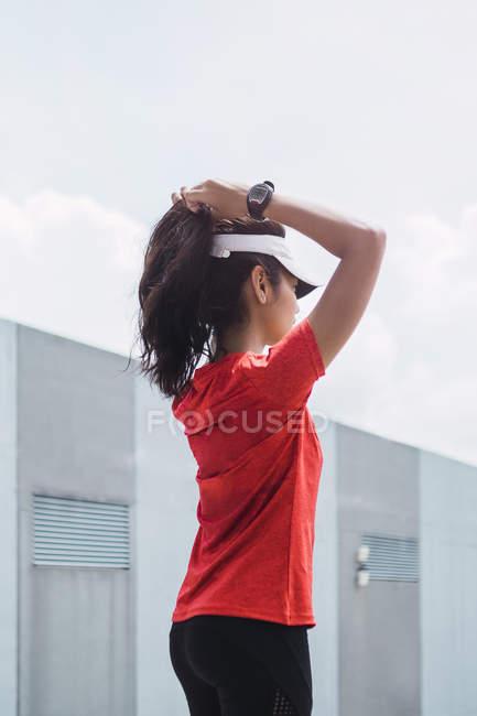 Jovem asiático desportivo mulher tocando cabelo — Fotografia de Stock
