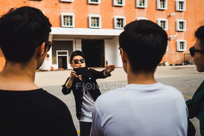 Fresco giovani asiatico rock band prendere foto — Foto stock