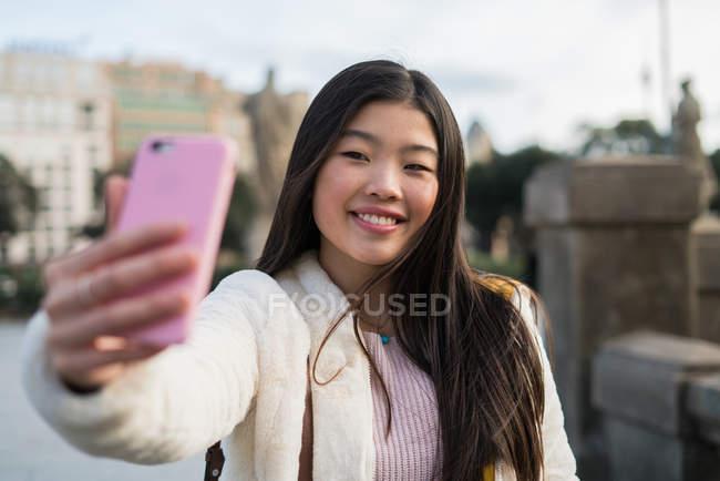 Jeune femme chinoise prise selfie — Photo de stock