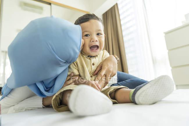 Мать и сын играют в комнате — стоковое фото