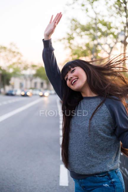 Jovem mulher eurasiana sinalizando um táxi em Barcelona — Fotografia de Stock
