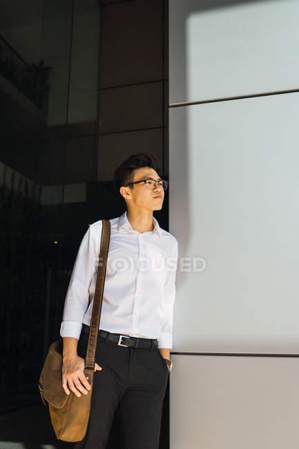 Молодой взрослый бизнесмен, стоящий на улице — стоковое фото