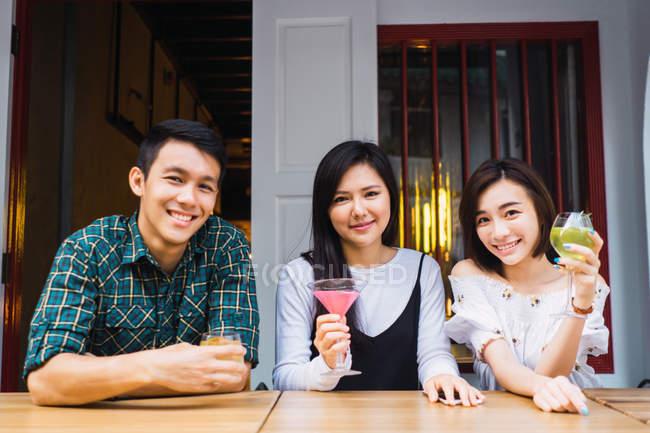 Портрет молодых азиатских друзей в уютном баре — стоковое фото