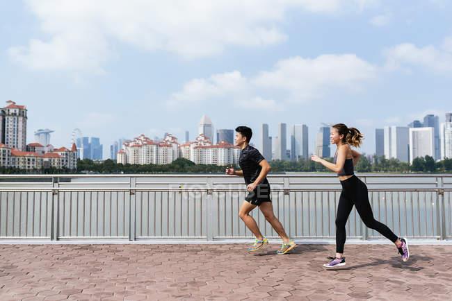 Щасливі спортивний пару працює разом — стокове фото