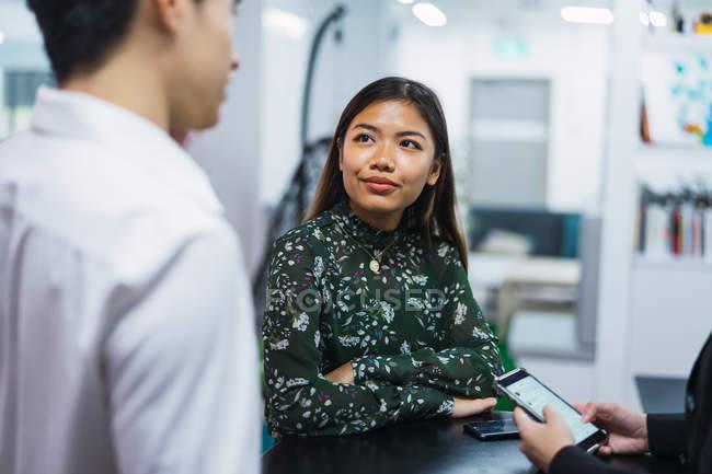 Gens d'affaires asiatiques jeunes travaillant dans les bureaux modernes — Photo de stock