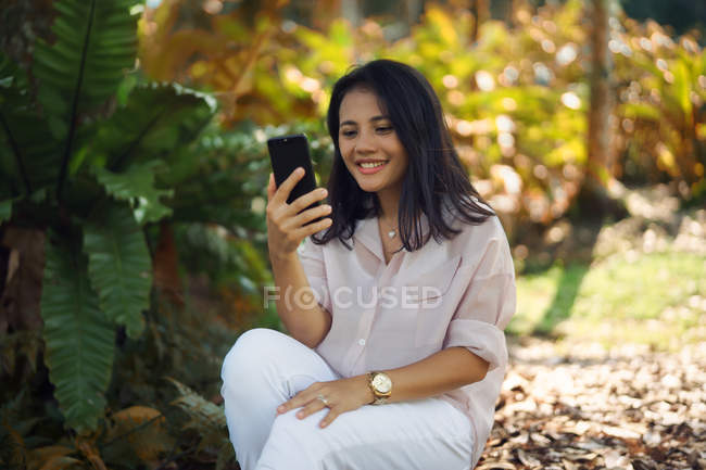 Mujer joven haciendo selfie en el parque - foto de stock