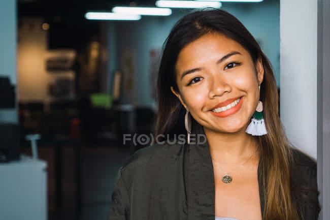 Ritratto di giovane donna d'affari asiatica in ufficio moderno — Foto stock