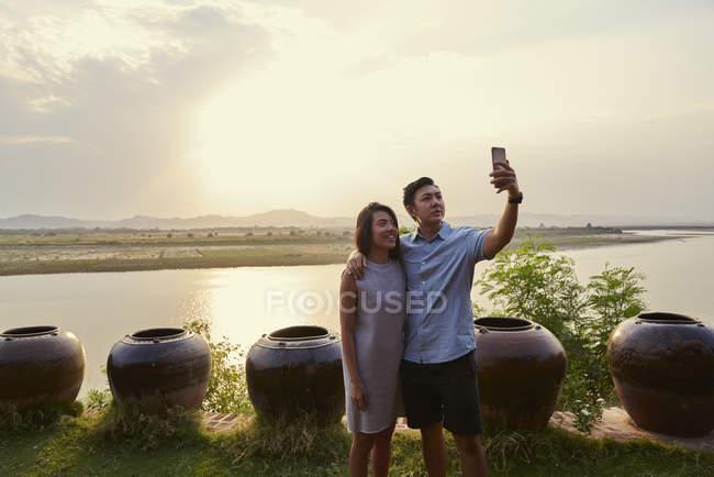 Молода пара, приймаючи на selfie на річці Іраваді, в Баган, М'янмі — стокове фото