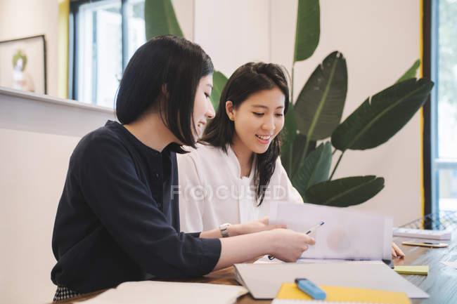 Молодые азиатские женщины, работающие в креативном современном офисе — стоковое фото