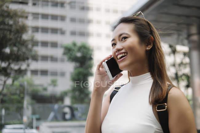 Joven asiático atractivo mujer usando smartphone - foto de stock