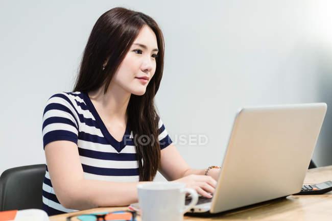 Молодая женщина работает стартап среды . — стоковое фото